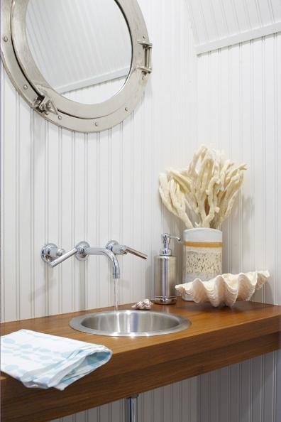 este bao con aspecto de barco por su espejo tipo portillo de barco mercante puede utilizarse el color cromado o color bronce dependiendo de los colores