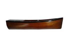 Barco na parede de madeira envernizada