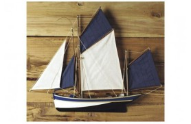 Halbrumpf-Segelboot